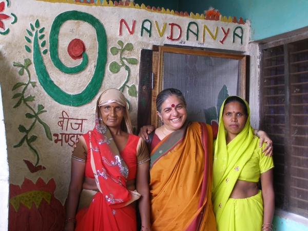 600-DrShiva-with-ladies-seed-keepers-at-Mehpa-seed-bank_2_.jpg