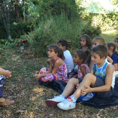 Mamie Pia et les enfants au jardin