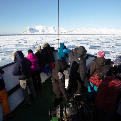 Sur la banquise, devant un glacier