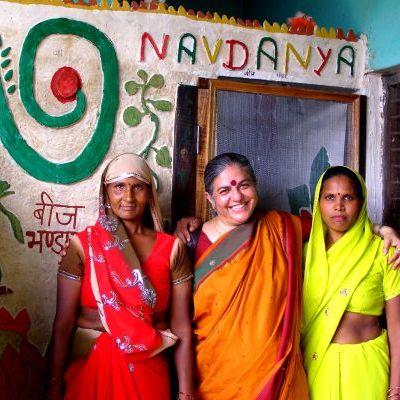 VandanaShiva avec des gardiennes de semences2.jpg
